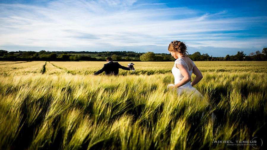 Photographe de mariage naturel et sur le vif. Entre le vin d'honneur et la soirée, profiter de la lumière dorée pour saisir vos photos de couple.